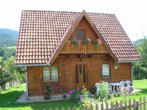 Podbitka dachowa z drewna – czy warto?
