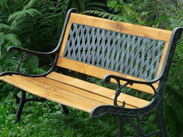 Ławka ogrodowa zamiast foteli i krzeseł